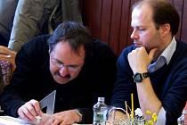 ŠÍŘKA LÁVKY VYHOVUJE. Projektant Stanislav Netolický spočítal parametry podle výkresu a zjistil, že malotraktor po ní přejede. Petr Kovář (vpravo) se nemusí obávat potíží.