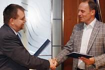 Smetanova Litomyšl má nového generálního partnera, Český stavební holding Enteria. Vlevo hejtman Radko Martínek. Vpravo Libor Joska.