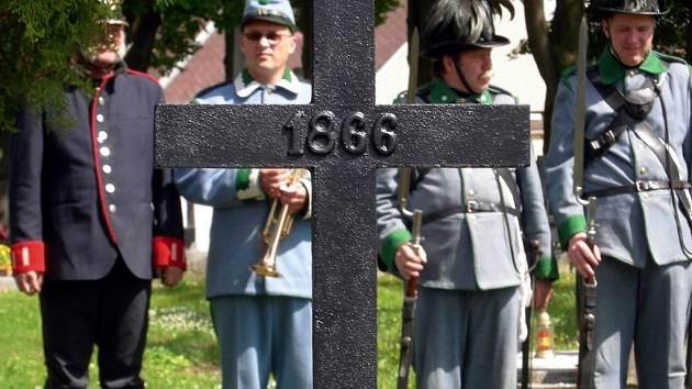 Na svitavském hřbitově se odehrál slavnostní akt, při němž farář vysvětil kříž 180 rakouským vojákům.