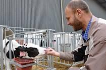 JOSEF KABRHEL je vedoucím střediska ve Vidlaté Seči. Dnes sem zamíří skoro tři stovky krav.