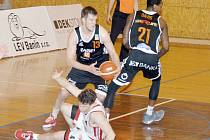 Dekstone Tuři Svitavy vs. ČEZ Basketball Nymburk (69:87).