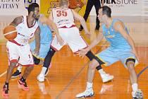 Svitavští basketbalisté (v bílém) nestačili na Prostějov.
