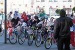 Mladí cyklisté na startu.
