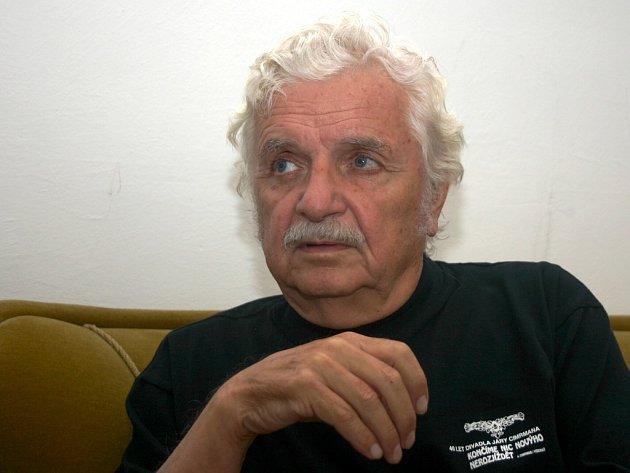 Herec a režisér Ladislav Smoljak se připravoval na divadelní představení divadla Járy Cimrmana Posel z Liptákova.