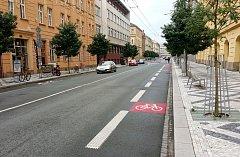 BAREVNÉ ŘEŠENÍ cyklopruhů v Hradci Králové.