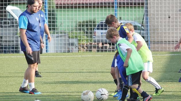 K základním úkolům trenérů mládeže náleží pracovat se svými malými svěřenci tak, aby je fotbal co možná nejvíce bavil a aby se těšili na každý trénink a zápas. Potom má jejich práce smysl.