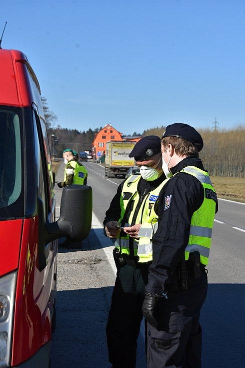 Dva policisté, dva vojáci. Hlídkují u silnice I/34 v Borové u Poličky a kontrolují řidiče, kteří přijíždějí do svitavského okresu ve směru od Hlinska.