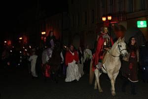 Svatý Martin na bílém koni dovedl lampionový průvod do parku Jana Palacha