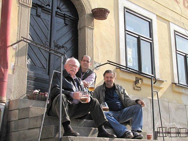 Za nápadem slázněmi vLitomyšli stojí emeritní starosta Miroslav Brýdl, nakladatel Ladislav Horáček a Jaroslav Vencl (uprostřed), který ve městě koupil před třemi lety dům a je atmosférou Litomyšle nadšený.