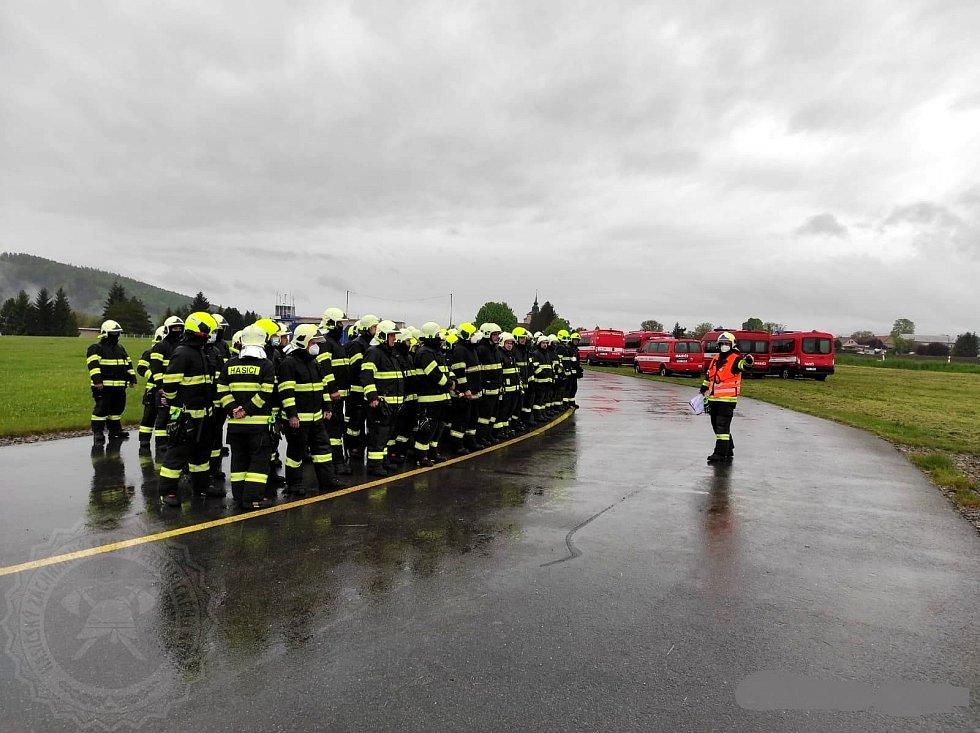 Profesionální a dobrovolní hasiči trénovali ve Starém Městě na velké lesní požáry.