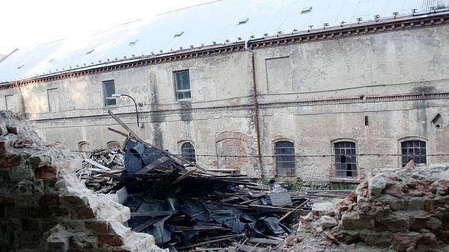 VITKA. Olomoucká firma před rokem začala bourat proslulou textilku. V areálu zůstaly tuny suti.Ilustrační fotografie.