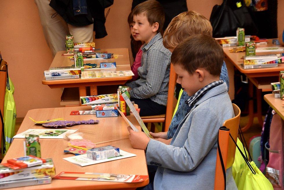 Školní rok zahájen. Ve škole v Dolním Újezdu přišly poprvé čtyři desítky prvňáčků.