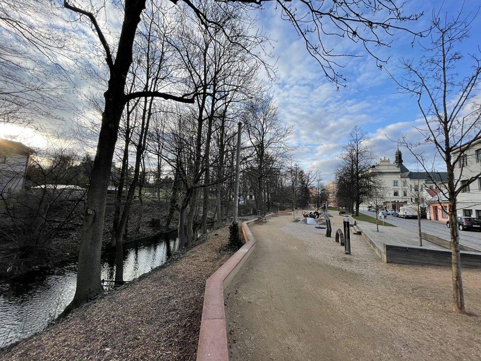 """Jindy plná podloubí a ulice Litomyšle zejí o víkendech v Litomyšli prázdnotou. Stejně tak Klášterní zahrady. Podívejte se na """"vylidněné"""" město."""