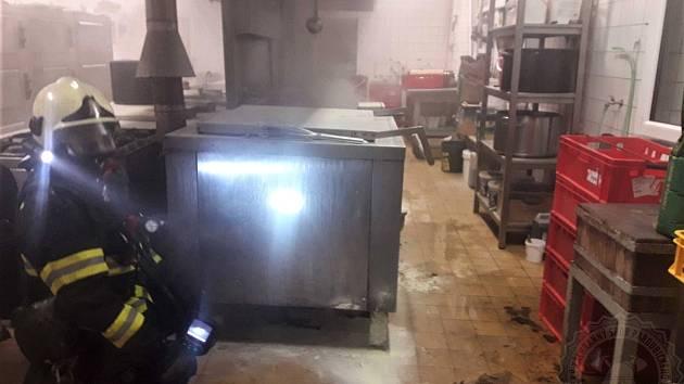 Škoda po požáru v profesionální kuchyni je 200 tisíc korun