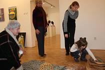 PORADENSKÝ DEN v muzeu ve Svitavách každý rok využívají výtvarníci z celého okresu. Letos svá díla přinesla i Vítězslava Morávková (na snímku vlevo), která se věnuje dřevořezbě.