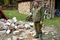 Miloslav Novotný stále likviduje následky po páteční havárii kamionu. Zahradní domek strhne a postaví nový. Možná ho opět zachrání.