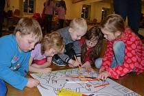 NOC S ANDERSENEM si děti  v Březové užily. Pátraly po pokladu, kreslily i poslouchaly pohádky.