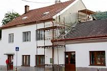 Školní jídelna v Brněnci dostala nový kabát. Řemeslníci opravili fasádu i štít, kde se nachází byt.