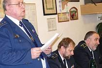 VÝROČNÍ ZPRÁVĚ Ladislava Müllera (vlevo) naslouchali Josef Bidmon a radní Petr Šilar (vpravo).