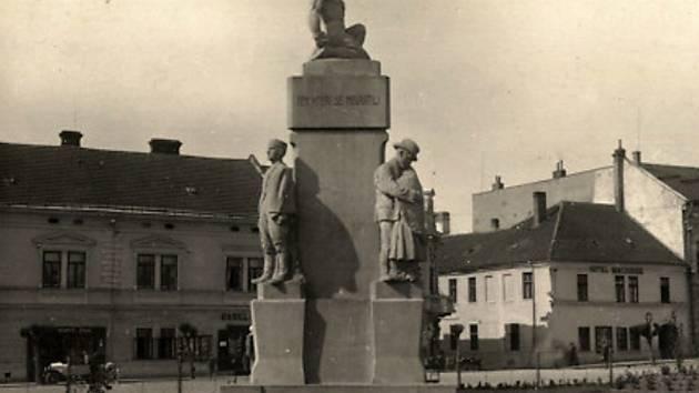 Vzpomínka na zemřelé. Původní památník ze dvacátých let minulého století musel za nacistické okupace zmizet.
