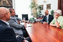 JEDNÁNÍ s Martinem Kolovratníkem (vpravo nahoře) se zúčastnil starosta David Šimek (druhý zleva) po dopravě přišly na řadu například problémy zaměstnavatelů při shánění pracovníků.