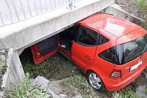 Mercedes zaparkoval pod mostem