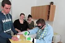 Studenti a studentky Střední zdravotnické školy ve Svitavách si vyzkoušeli roli těžce nemocných pacientů. Autor: archiv LDN Svitavy