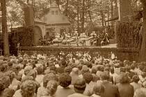 Představení v zámeckém amfiteátru si diváci oblíbili.  Vystoupení ale komplikovalo počasí.  V roce 1955 tu zahráli divadelníci z Bratislavy  operu  Prodaná nevěsta.