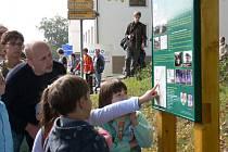 Lidé ze Sebranic se vydali v neděli poprvé na novou stezku. U železnice dokonce pomáhali s údržbou nejkratší trati v zemi. Do budoucna u ní možná vyroste čekárna