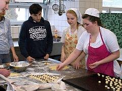 Výroba koláčků a jejich následná ochutnávka vzbudila mezi žáky pozitivní ohlasy.