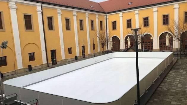 PLOCHA Z UMĚLÉHO LEDU, která bude od 1. prosince umístěna na asfaltové ploše letního stadionu.