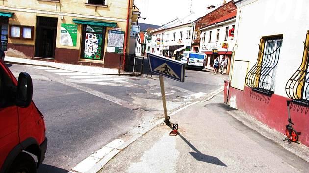 Neznámý řidič poničil dopravní značku.