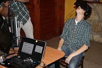 OCULUS RIFT jsou virtuální brýle, které mají navodit pocit autentičnosti a zprostředkovat širokou škálu emocí. Původně pomáhaly i při armádním výcviku či pro herní průmysl.