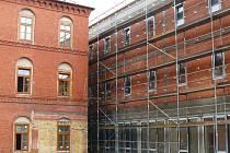 Svitavská psychiatrie se do konce roku pořádně rozroste. Na snímku je vidět budova bývalého kláštera (vlevo) i přístavba.
