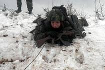 Třída žáků čtvrtého ročníku vojenské střední školy se vydala do terénu.