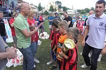 Novopečení mistři Pardubického kraje, svitavští fotbalisté ročníku 2002, dostali jako bonus účast na kvalitně obsazeném turnaji k oslavám 90 let fotbalu v Boskovicích.