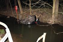 Auto otočené na střeše nakonec hasiči u Radkova včas vytáhli.