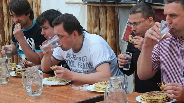 Jedlík z Bystrého soutěžil na hradě v pojídání bramborových placek. Jako vždy zvítězil.