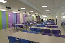 Jídelna Základní školy Felberova ve Svitavách je po půl roce konečně opravena a otevřena.