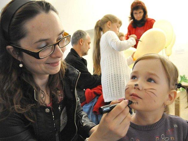 V litomyšlském muzeu čekaly na děti úkoly s postavami Zdeňka Milera. Valentýně Bisové se zalíbilo malování na obličej. Maminka jí nakreslila kočičí fousky.