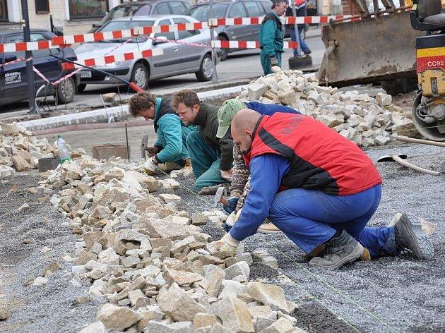 Půdorys staré radnic v Poličce bude zobrazen v nové dlažbě.