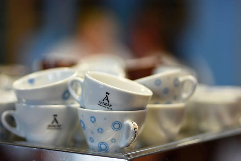 Ve střední odborné škole v Poličce učí barista Tomáš Zahradil studenty vařit kvalitní kávu.