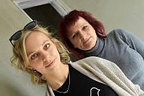 ZDRAVOTNÍ SESTRY Barbora Plíhalová a Ladislava Částková stojí za mobilním hospicem Bílá holubice, který vzniká v Dolním Újezdu.