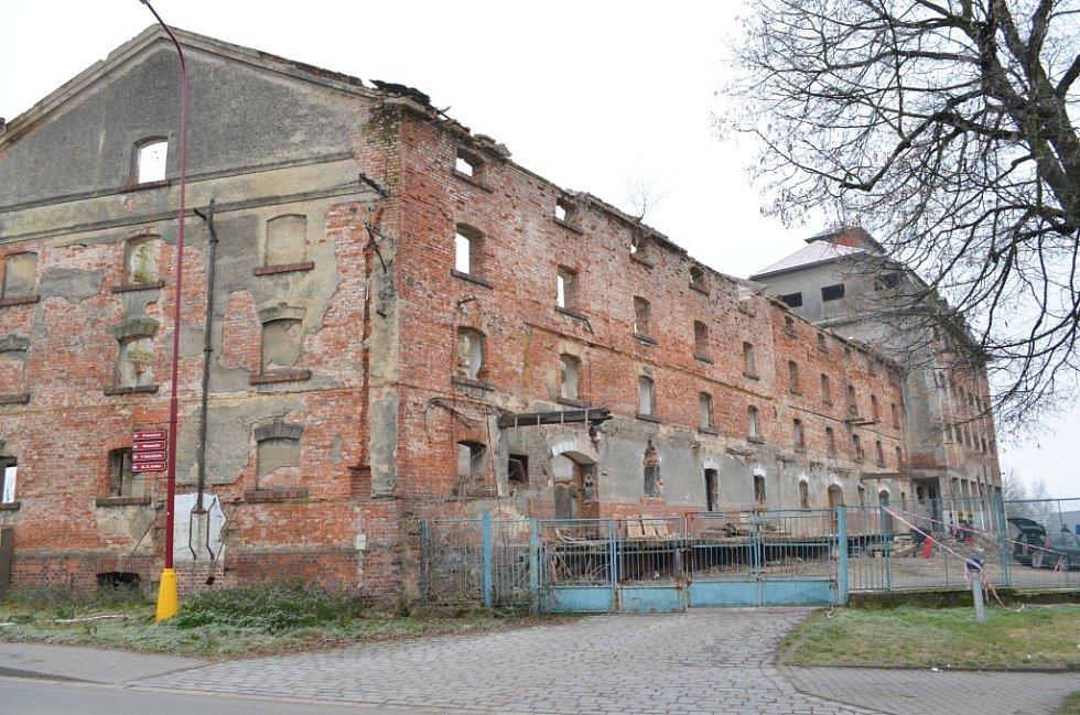 Bývalé silo u trati, nedaleko vlakového nádraží ve Svitavách, padne brzy k zemi. Nový majitel jej vyklízí a připravuje demolici.