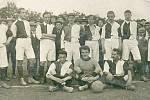 Před více než 110 lety vznikla tato fotografie. Tohle jsou fotbalisté z Litomyšle v roce 1910. Dokonce se z časů před Velkou válkou dochovala jména. Nahoře zleva: Malý, Plšek, Tesař, Podhajský, Flídr, Janouš, Racek, Břeň. Dole: Jiroušek, Hofman, Tichý.
