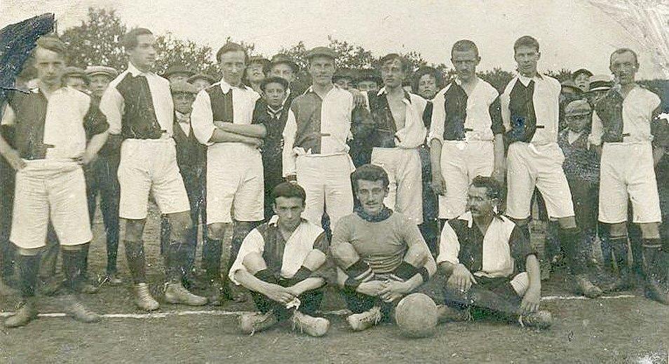 Před více než 110 lety vznikla tato fotografie. Jedenáct hráčů je nastoupeno před utkáním (nebo možná až po něm, to už se nedozvíme). V tomhle se tedy fotbal za století nezměnil. V každém případě tohle jsou fotbalisté z Litomyšle v roce 1910. Dokonce se z
