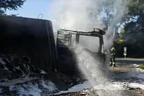Kamion se štěrkem začal hořet