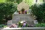 Radní a duchovní v Litomyšli uctili památku padlých a obětí u sokolovny i na hřbitově. Akce byla kvůli opatřením proti koronaviru komorní.