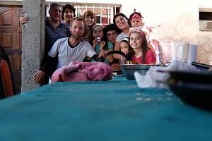 ČAS NA OBĚD. Petr Mazal na fotce se svými hostiteli v Tádžikistánu. Cestovateli učarovala vlídnost tamních lidí.