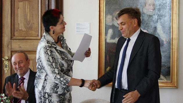 Starosta Poličky Jaroslav Martinů převzal od krajské radní Jany Pernicové šek za úspěšnou regeneraci města.